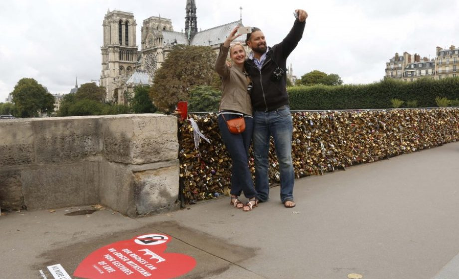 """Paris takes to Twitter to stop tourists from breaking their bridges with """"Locks of Love"""""""