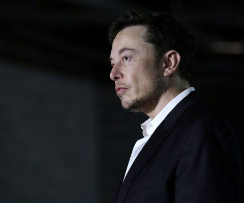 Elon Musk, patron de Tesla, pris dans une tempête médiatique et judiciaire